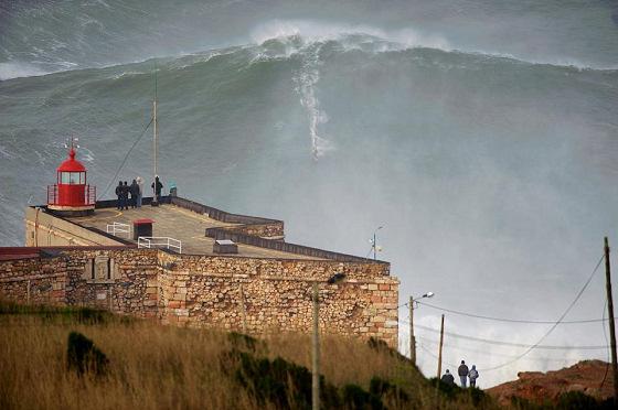 30mの波に載るギャレット・マクナマラ