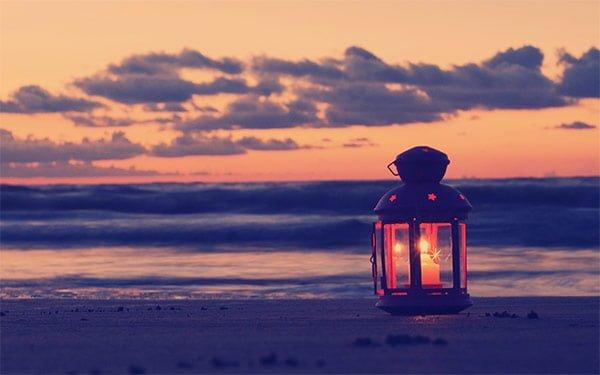 夕暮れ時の海とランタン