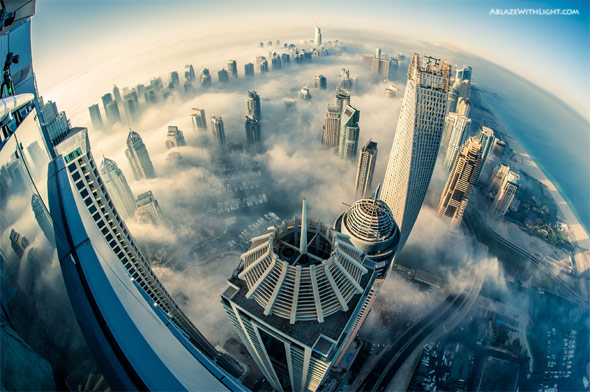 雲を突き抜けて天高くそびえ立つドバイの超高層ビル群