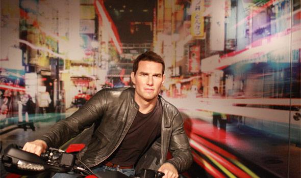 バイクに乗っているトム・クルーズ