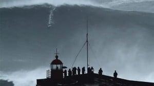 もはや津波!?ナザレのヤバすぎる超弩級の波に乗る男たち