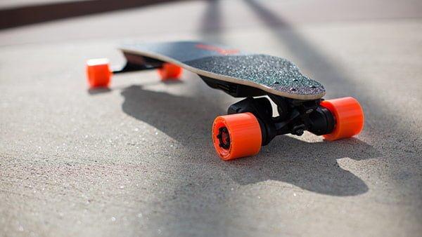 見た目は普通のスケートボードのように見える