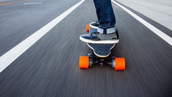 坂を登る電動スケートボードBoosted Boards
