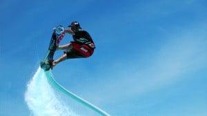 水圧で空を飛ぶホバーボードが登場。今年の夏はこれで遊びたい!