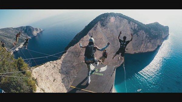 ナヴァイオビーチの崖からベースジャンプ