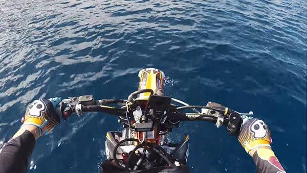 海上でダートバイクが走っている