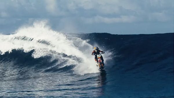 ヒャッハー!バイクでサーフィンだぜ