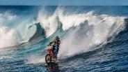 爽快!ダートバイクでサーフィンがぶっ飛んでる