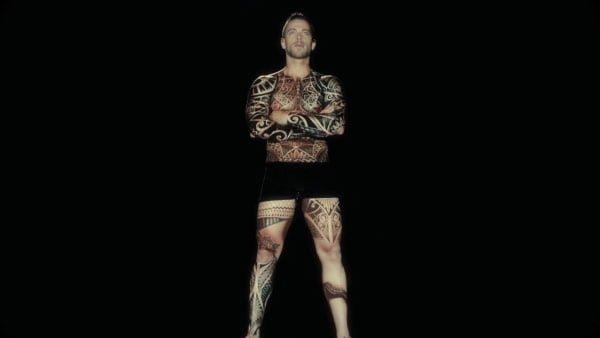 タトゥーがプロジェクションマッピングされていいく
