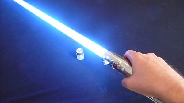 青白く光るライトセーバー