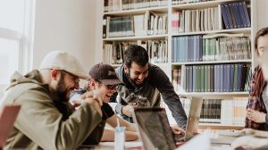 Microsoft Teamsのチャットで複数人でグループ通話する方法【PC・スマホ】