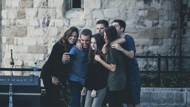 ストレス解消法:友人や家族と時間を過ごす